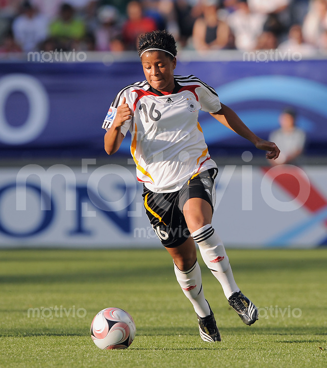Fussball Frauen FIFA U 20  Weltmeisterschaft 2008    01.12.2008 Brasilien - Deutschland Sylvie  Banecki (GER) am Ball
