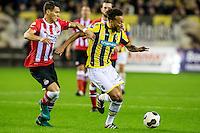 ARNHEM - Vitesse - PSV , Voetbal , Eredivisie , Seizoen 2016/2017 , Gelredome , 29-10-2016 ,  PSV speler Hector Moreno (l) in duel met Vitesse speler Lewis Baker (r)
