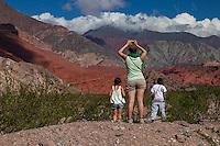 TURISTAS FOTOGRAFIANDO LOS CERROS MULTICOLORES DE LA QUEBRADA DE LAS CONCHAS, CAFAYATE, SALTA, ARGENTINA (PHOTO © MARCO GUOLI - ALL RIGHTS RESERVED)