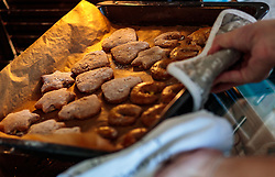 THEMENBILD - Lebkuchen Kekse auf einem Backblech werden aus dem Backofen genommen, aufgenommen am 03. Dezember 2017, Kaprun, Österreich // Gingerbread cookies on a baking tray are taken out of the oven on 2017/12/03, Kaprun, Austria. EXPA Pictures © 2017, PhotoCredit: EXPA/ JFK