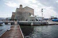 """Villanova (Brindisi)<br /> Nel 1278 vennero costruite le mura di cinta di Villanova, e circa 20 anni dopo venne edificato il castello ad opera degli angioini, che subentrarono nella dominazione di Ostuni agli svevi-normanni, ai quali si deve l'intensificazione della coltivazione dell'ulivo. Da documenti pervenuti, a dimostrazione della sua importanza strategica, risulta che il castello intorno al XV secolo era una struttura adibita a funzione difensiva in piena attività[10]. Infatti la città di Ostuni sotto la dominazione aragonese, grazie anche al castello e al porticciolo di Villanova, è riuscita a conservare lo stato di città demaniale, quindi libera dalle gabelle feudali.<br /> <br /> A causa delle varie distruzioni del tempo, rimane poco dell'originale costruzione trecentesca. Attualmente il castello è costituito da tre corpi che si atteggiano a torrioni quadri con base scarpata[11]. Intorno all'edificio, all'altezza del primo piano, corre un toro tubolare e dal tetto dell'edificio si erge una torretta modellata sul prototipo di un faro.Villanova è una frazione del comune di Ostuni (BR), situata sulla costa adriatica, a circa 7 km dal capoluogo del comune di appartenenza e a circa 35 km dal capoluogo di provincia.<br /> È la frazione principale della cosiddetta """"Marina di Ostuni"""" che si estende dal Parco naturale delle Dune costiere (nel quale vi sono il Lido Morelli e il Lido Bosco Verde) e l'adiacente frazione Pilone, fino alla frazione Santa Lucia - Torre Pozzella. In questo tratto di costa sono comprese le note località turistiche di Rosa Marina, Monticelli, Diana Marina, Gorgognolo, Costa Merlata e Cala dei Ginepri.<br /> Villanova dispone di un porticciolo turistico ai piedi del basso castello fortilizio[1] del XIV secolo, una chiesa ottocentesca e numerose spiagge. La zona del porto è il nucleo centrale del paese che comprende anche le zone di Camerini e Fontanelle."""