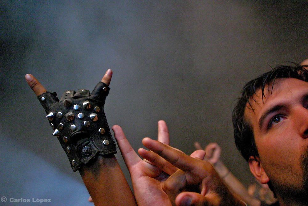 JOVENES FANATICOS ALZAN SU PUN?O HACIENDO EL GESTO DEL METAL DURANTE EL CONCIERTO DEL GRUPO BRASILEN?O DE METAL:  SEPULTURA.