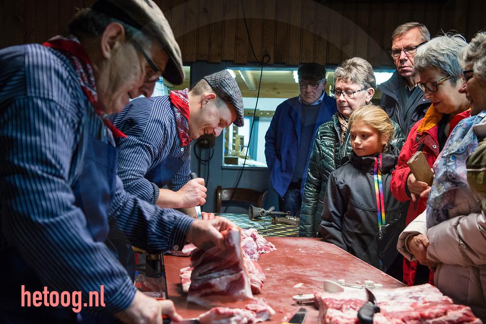 nederland, Twickel 04okt2017 Veel publiek en vooral veel klanten die vlees kochten bij de traditionele slachtvisite op museum boerderij Wendezoele op landgoed  Twickel in Amt Delden.  Fotografie: Cees Elzenga/hetoog.nl CE20171104
