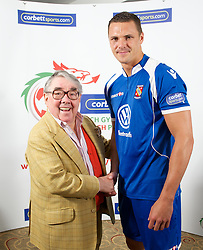 CARDIFF, WALES - Tuesday, August 14, 2012: Bangor City's Lee Idzi with Ronnie Corbett, the sporting ambassador ot Corbett Sport, at the launch the 2012/2013 Welsh Premier League at the St. David's Hotel. (Pic by David Rawcliffe/Propaganda)