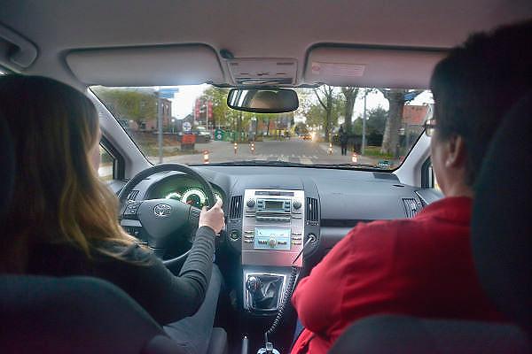 Nederland, Millingen, 8-11-2012<br /> Een meisje van 17 jaar oud heeft haar rijbewijs gehaald en mag samen met haar vader of moeder die een begeleiderspas hebben in hun auto de weg op.<br /> Foto: Flip Franssen/Hollandse Hoogte