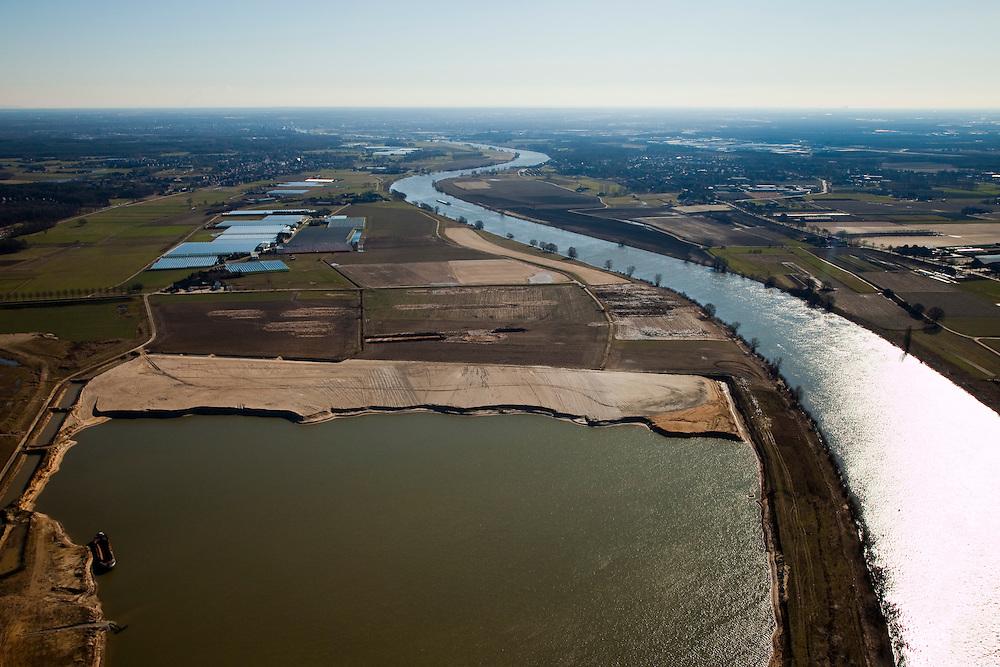 Nederland, Limburg, Gemeente Venlo, 07-03-2010; Lomm (voormalige gemeente Arcen en Velden), hoogwatergeul in wording in het kader van bescherming tegen hoogwater. De geul zal in de komende jaren verder uitgegraven worden in het gebied links van de Maas (oostelijk), de kasen verdwijnen gedeeltelijk. Het gevolg zal zijn lagere waterstanden (ter plaatse, en stroomopwaarts) en in het gebied onstaat verder nieuwe 'natte' natuur..Lomm, flood channel in the making in the context of flood protection. The channel will be further excavated in the coming years in the area left of the river Meuse, resulting in lower water levels (on site and upstream). The area will become new 'wet' nature..luchtfoto (toeslag), aerial photo (additional fee required).foto/photo Siebe Swart