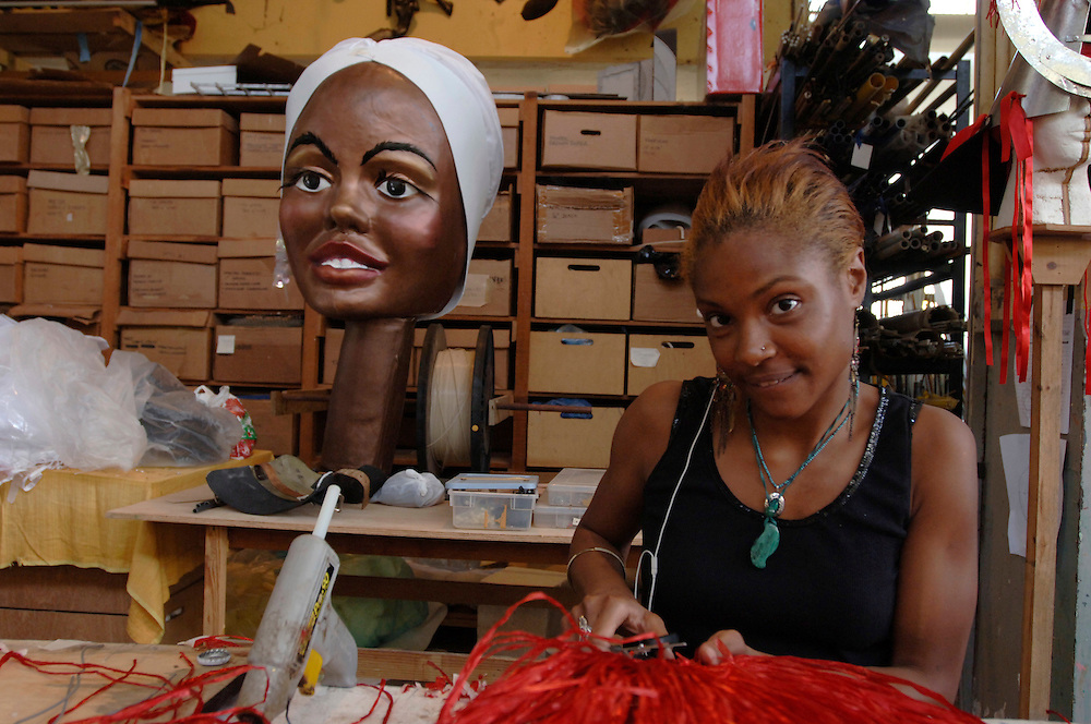 Engl.: Trinidad and Tobago, Carnival 2006, caribbean, costumes, parades, street festival, make up, glitter, at mas designer Peter Minshall and his Callaloo Company's facility in Chaguaramas, where Minshall's band 'Sacret Heart' is produced. The helmets are made from galvanized metal. Mas Camp..German: Trinidad und Tobago, Port of Spain, Karibik,  Karneval 2006, Kostueme, Feste, Paraden, Strassenfest, Schmuck, Glitter, Masken,  in der Kostuemfertigungshalle  des Karneval Designers Peter Minshall, der mit seiner  Calalloo Company in Chaguaramas  die Karnevalsband 'Sacret Heart' produziert. Die Helme sind aus galvanisiertem Metall gefertigt.  Photo © Stefan Falke