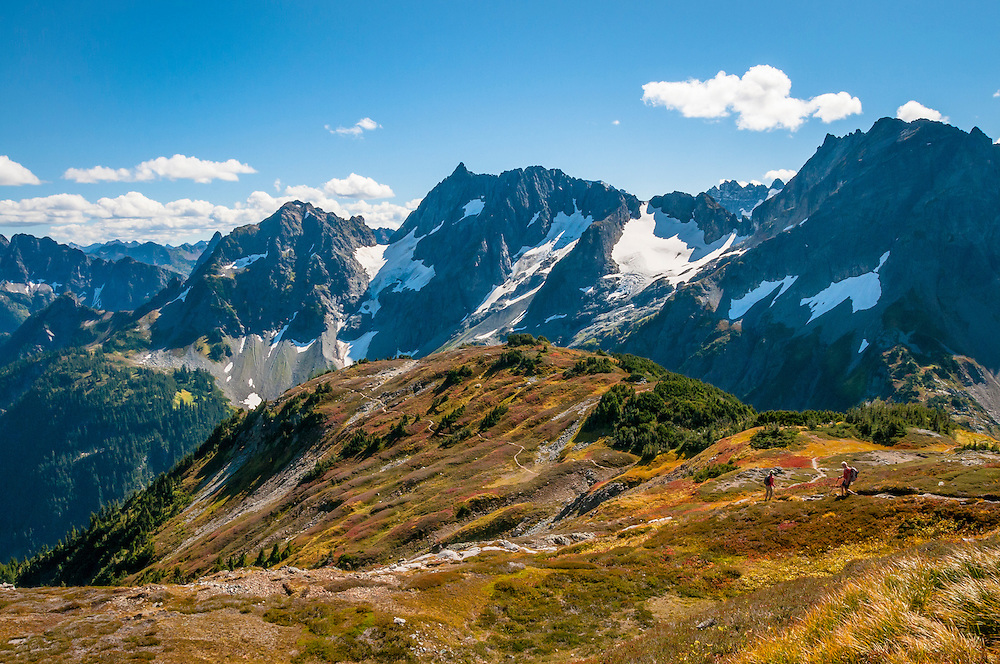 Couple hiking on Sahale Arm Trail, Cascade Pass, North Cascades National Park, Washington.