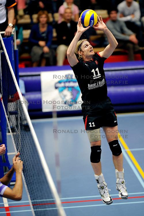 15-11-2008 VOLLEYBAL: HVA AMSTERDAM - OMNIWORLD: AMSTERDAM<br /> Robert J Reinders Omniworld won met 3-1 van HVA Amsterdam / Matt Young<br /> &copy;2008-WWW.FOTOHOOGENDOORN.NL