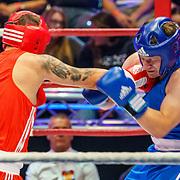 NLD/Amsterdam/20181031 - Boxingstars 2018, 1e aflevering, Taeke Taekema (blauw) in gevecht Danny Froger (rood)