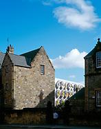 THE SCOTTISH PARLIAMENT, THE ROYAL MILE, EDINBURGH, SCOTLAND, UK, ENRIC MIRALLES + RMJM, EXTERIOR, VIEW FROM ROYAL MILE