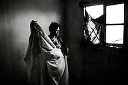Rongi Christoba havde som s&aring; mange andre unge piger i Mozambique dr&oslash;mmen om at blive gift. Og som 17 &aring;rig blev hendes dr&oslash;m virkelighed og hun fandt en mand fra byen og blev gift. Hun flyttede til den n&aelig;rmeste storby Beira, men lykken blev kort i byen. Her fik hun hurtigt b&aring;de HIV og Tuberculose fra sin nye mand. Hun m&aring;tte flytte tilbage til landsbyen hos moderen, som kunne passe hende mens hun var i behandling for TB og HIV. Jeg m&oslash;dte hende f&oslash;rste gang i febuar 2009 hvor hun var s&aring; afkr&aelig;ftet, at hun n&aelig;sten ikke kunne tale. Nu i maj 2011 har jeg lige m&oslash;dt hende igen og hun bor stadig hos sin mor og har ikke kr&aelig;fter til at arbejde, selvom hun i dag har det meget bedre og har taget p&aring; i v&aelig;gt. Men hun har det forsat sv&aelig;rt i den lille landsby, da HIV/AIDS patienter forsat er udst&oslash;dt, selvom der er flere workshops der oplyser befolkningen om sygdommen, smittefare og beskyttelse.<br /> <br /> I Mozambique har 12,2% af befolkningen HIV/AIDS. Det svarer til 1,3 millioner mennesker. Transportkorridoren fra Zimbabwe til Beira regnes for at have en af Mozambiques h&oslash;jeste koncentrationer af mennesker med HIV/AIDS.