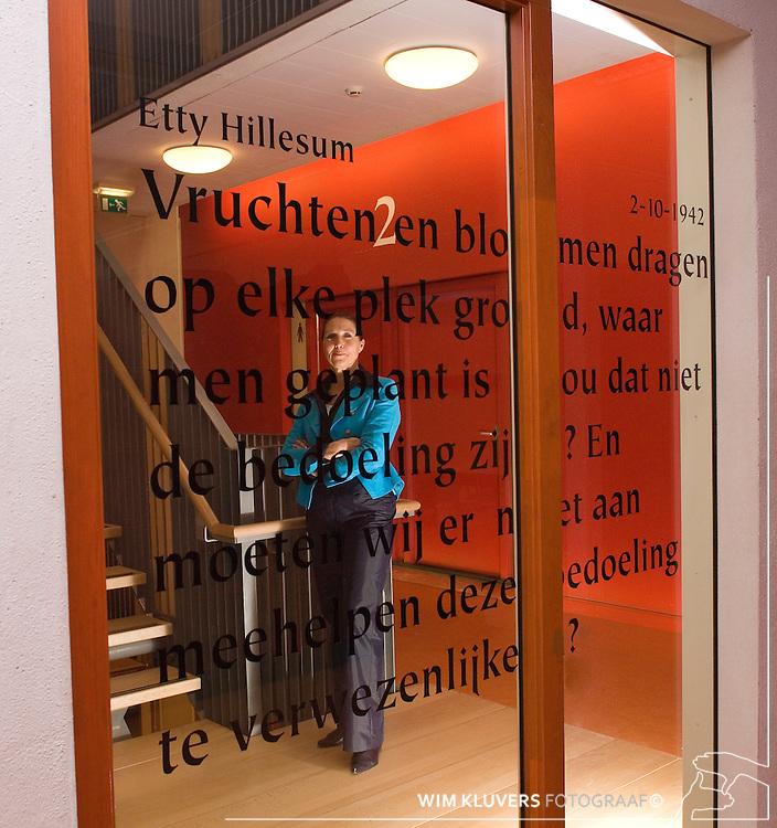 Nederland, Deventer  20060322<br /> ISISQ5, 360 Het Stormink , Brigitte van den Broek, Lasse Jaarsveld, Timo Bennink leerling, Teja Broekhuizen, Trudi Huisman, Leelingen, schoolgebouw,spreuken hillesum