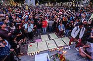 6月13日,在美国洛杉矶市政大楼外,民众手举蜡烛参加悼念活动。当日,美国洛杉矶举行烛光守夜活动,数千民众参加悼念周日发生在美国佛罗里达州奥兰多市一家夜总会的枪击事件遇难者。新华社发 (赵汉荣摄)<br /> Several thousand people attend a candlelight vigil at Los Angeles City Hall for the victims of Sunday's Orlando nightclub shooting massacre, in Los Angeles, California, the United States, on Monday, June 13, 2016. (Xinhua/Zhao Hanrong)(Photo by Ringo Chiu/PHOTOFORMULA.com)<br /> <br /> Usage Notes: This content is intended for editorial use only. For other uses, additional clearances may be required.