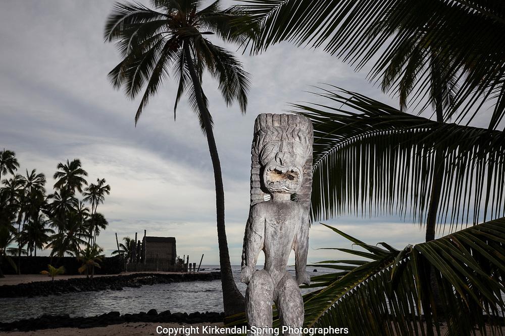 "HI00474-00...HAWAI""I - Carved wooden images at Pu'uhonua o Honaunau National Historic Park on the island of Hawai'i"