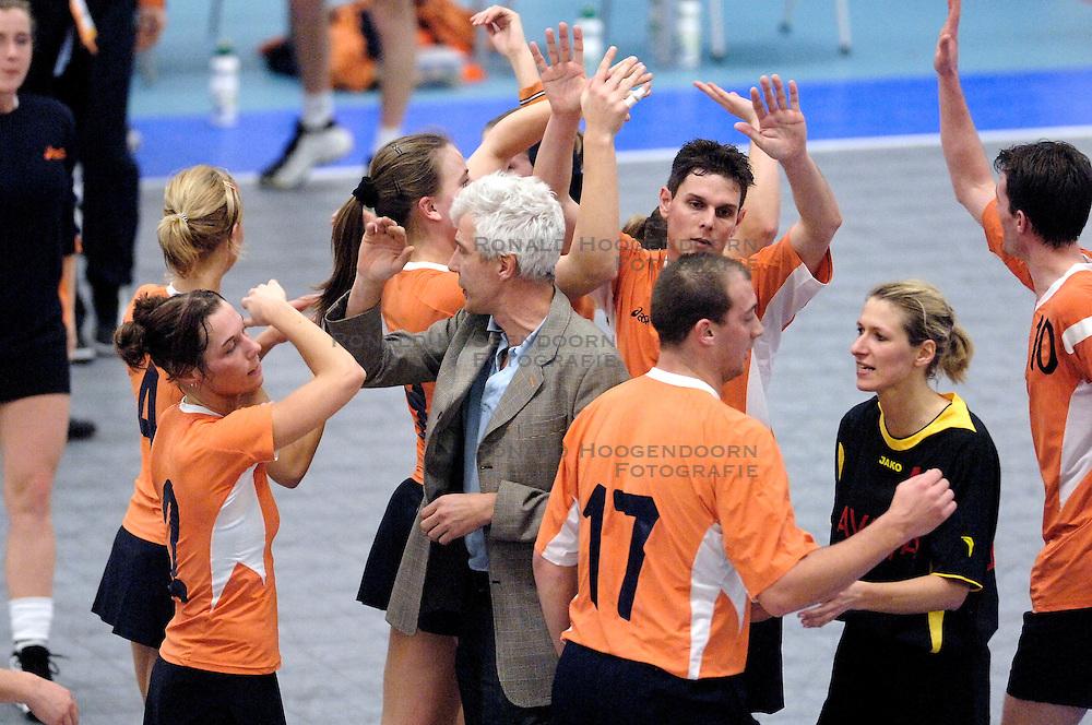 05-02-2006 KORFBAL: NEDERLAND - BELGIE: DRIEBERGEN<br /> Nederland wint met 21-12 van Belgie / Oranje-bondscoach Jan-Sjouke van den Bos <br /> &copy;2006-WWW.FOTOHOOGENDOORN.NL