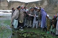 Afghanistan. THE SITE WHERE THE MIR ZAKAH TREASURE WAS FOUND, WITH PROFESSEUR BOPEARACHCHI AND THE VILLAGERS   PAKTIA PROVINCE     the treasure of Mir-Zakah   /    / LE PUITS ET LE SITE OU A ETE TROUVE LE TRESOR DE  DE MIR ZAKAH , LE PROFESSEUR BOPEARACHCHI ENQUETE AUPRES DES HABITANTS DU VILLAGE  PROVINCE DU PAKTIA,     ENTOURES PAR LES HOMMES DU VILLAGE ET PROTEGES PAR DEUX GARDES  DU CORPS.  Osmund Bopearachchi (4° à partir de la droite) et un représentant de l'Institut d'archEologie de kaboul discutent autour de la source aux trEsor.  / le tresor de Mir-Zakah  /     L0009852  /  R20401  /  P122003