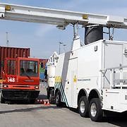 NLD/Zwijndrecht/20070423 - EU commisaris Kuneva bezoekt de mobiele röntgen scan van de douane in de Rotterdamse haven