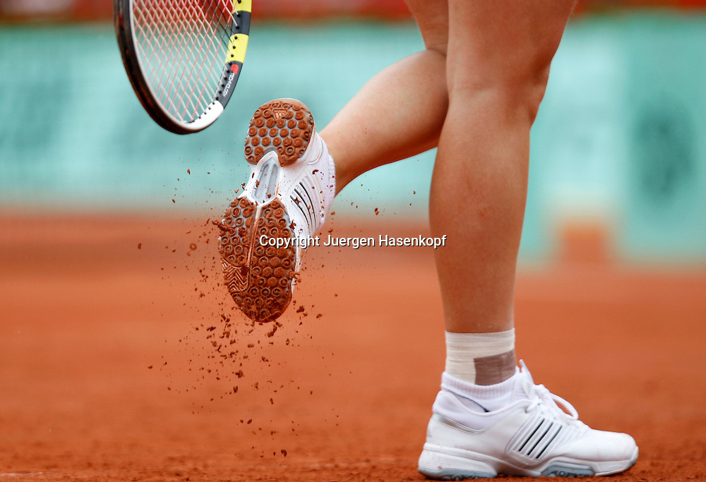 French Open 2010, Roland Garros, Paris, Frankreich,Sport, Tennis, ITF Grand Slam Tournament, Caroline Wozniacki schlaegt den roten Sand von ihren Schuhsohlen,.Detail,close up,Feature..Foto: Juergen Hasenkopf..