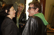 Isabella Blow, Lisa Keeling and Nicky Haslam. Charles Finch and Dr. Franco Beretta host launch of Beretta stor at 36 St. James St. London. 10  January 2006. ONE TIME USE ONLY - DO NOT ARCHIVE  © Copyright Photograph by Dafydd Jones 66 Stockwell Park Rd. London SW9 0DA Tel 020 7733 0108 www.dafjones.com