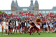 Koning Willem-Alexander heeft op het Museumplein in Amsterdam tegenover het Rijksmuseum het wereldkampioenschap voetbal voor dak- en thuislozen geopend. <br /> <br /> King Willem-Alexander on the Museumplein in Amsterdam, opposite the Rijksmuseum opened the World Cup for the homeless.<br /> <br /> Op de foto / On the photo:  Openingsceremonie