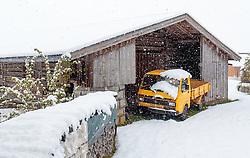 28.04.2017, Walchen, AUT, Wintereinbruch in Salzburg, im Bild ein VW LT 35 Transporter vor einer Scheune im Schneefall // A VW LT 35 transporter in front of a barn during heavy Snowfall in Walchen, Austria on 2017/04/28. EXPA Pictures © 2017, PhotoCredit: EXPA/ JFK