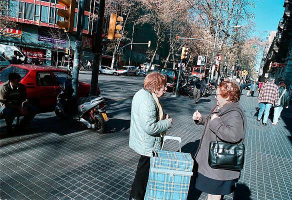 Spanje, Barcelona, 10-1-2004..Straatbeeld in het centrum van de stad. Twee oudere vrouwen maken een praatje. stadsleven, contact, eenzaamheid ouderen, senioren..Foto: Flip Franssen