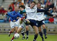 Fotball - Vålerenga - Stabæk 0-2 Ullevål stadion 21. juli 2002. Andrè Flem, Stabøk vinner innfor egen 16-meter mot Stian Ohr, Vålerenga. <br /> <br /> Foto: Andreas Fadum, Digitalsport