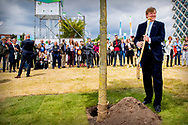 WAGENINGEN - King Willem-Alexander during the celebration of one hundred years of Wageningen University &amp; Research (WUR). COPYRUGHT ROBIN  UTRECHT<br /> WAGENINGEN - Koning Willem-Alexander met oud student Jeroen Dijsselbloem tijdens de viering van honderd jaar Wageningen University &amp; Research (WUR).