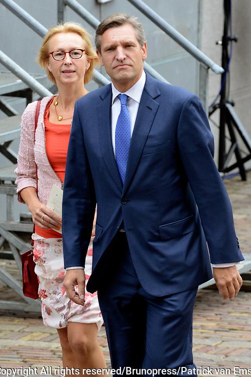 Prinsjesdag 2013 - Aankomst Parlementari&euml;rs bij de Ridderzaal op het Binnenhof.<br /> <br /> Op de foto: fractievoorzitter  CDA Sybrand van Haersma Buma en partner