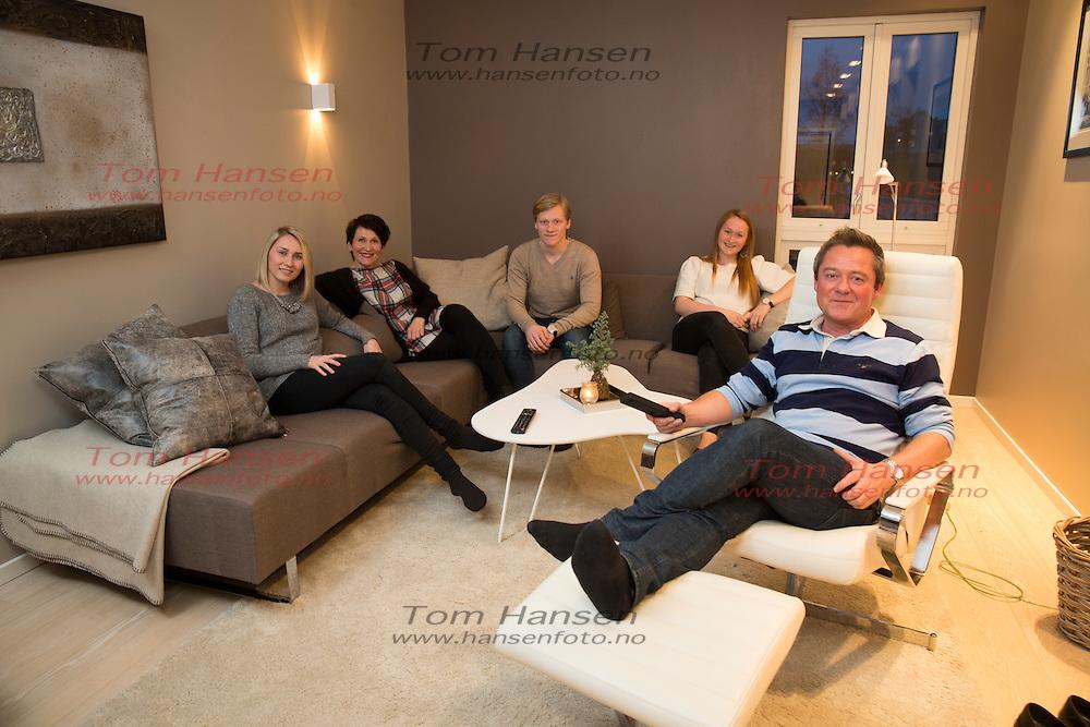 BERGEN,  20140207:  TV2´s Mortne Sandøy med familien, bestående av kona Andrine, og barna Martine(20), Magnus(19) og Guri(16). .  FOTO: TOM HANSEN