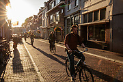 Fietsers in het avondlicht door Utrecht.<br /> <br /> Cyclists in the evening in Utrecht.