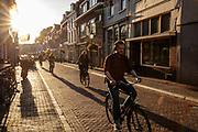 Fietsers in het avondlicht door Utrecht.<br /> <br /> Cyclists in the evening in Utrecht.