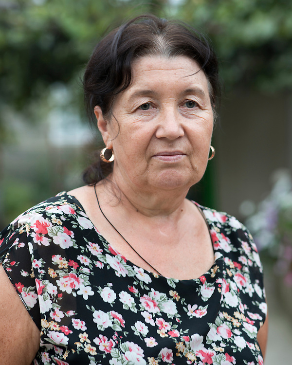 Je suis enseignante dans une &eacute;cole primaire et j&rsquo;habite avec ma fille dans un village au nord de la Moldavie. En 2002, par manque d&rsquo;argent, mon mari est parti travailler au Portugal rejoindre d&rsquo;anciens voisins qui travaillaient l&agrave;-bas. Puis, mes deux fils sont partis &agrave; leur tour au Portugal. Mon mari m&rsquo;envoie de l&rsquo;argent pour m&rsquo;aider &agrave; payer le charbon et le bois pour l&rsquo;hiver et aussi faire des r&eacute;novations dans la maison.<br /> <br /> D&egrave;s je serai &agrave; la retraite, je rejoindrai mon mari pour vivre l&agrave;-bas.