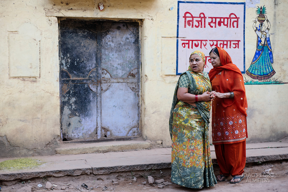 Women talking at the streets of Bundi