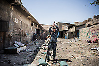 An Iraqi Federal Police officer prepares to fire a mortar towarads ISIS's position at the frontline in West Mosul.<br /> <br /> ISISの陣地に向けて迫撃砲を打つ準備を整えるイラク連邦警察。