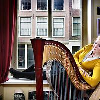 Nederland, Amsterdam , 18 juni 2012..Harpeniste en studente filosofie Andrea Voets in haar woning..Foto:Jean-Pierre Jans