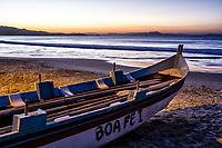 Barco de pesca sobre a areia na Praia da Lagoinha ao anoitecer. Florianópolis, Santa Catarina, Brasil. / Fishing boat on the sand at Lagoinha Beach at evening. Florianopolis, Santa Catarina, Brazil.