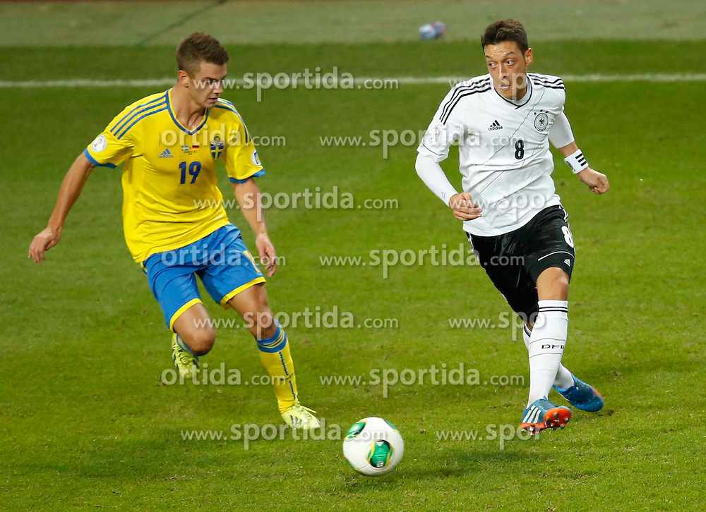 15.10.2013, Friends Arena, Stockholm, SWE, FIFA WM Qualifikation, Schweden vs Deutschland, Gruppe C, im Bild Sverige 19 Alexander Kacaniklic and Germany 8 Mesut �zil // during the FIFA World Cup Qualifier Group C Match between Sweden and Germany at the Friends Arena, Stockholm, Sweden on 2013/10/15. EXPA Pictures � 2013, PhotoCredit: EXPA/ PicAgency Skycam/ Sami Grahn<br /> <br /> ***** ATTENTION - OUT OF SWE *****
