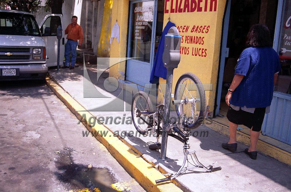 Toluca, M&eacute;x.-  Algunas personas usan los parquimetros para resguardar sus bicicletas a falta de espacios asignados a estas. Agencia MVT / Marure. (FILM)<br /><br />NO ARCHIVAR - NO ARCHIVE