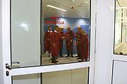 Mannheim. 28.07.17 | Neue Stammzell-Transplantationseinheit<br /> <br /> Die Eingangstür ist dicht geschlossen, der Zugang nur noch über spezielle Luftschleusen möglich: Mit einem symbolischen Türschluss hat die Universitätsmedizin Mannheim (UMM) jetzt eine der weltweit modernsten Transplantations- einheiten für blutbildende Stammzellen in Betrieb genommen. Ab August können in Mannheim etwa 60 Patienten mit Blutkrebs-Erkrankungen pro Jahr transplantiert werden &ndash; rund doppelt so viele wie bisher.<br /> <br /> &bdquo;Das Universitätsklinikum Mannheim ist ein überregional bedeutendes Zentrum für schwere Blutkrebs-Erkrankungen&ldquo;, betonte Oberbürgermeister Dr. Peter Kurz, der auch Aufsichtsratsvorsitzender<br /> des Klinikums ist. &bdquo;Mit der neuen Station und der angeschlossenen Ambulanz profitieren jetzt noch mehr Patienten aus Mannheim, der Metropolregion Rhein-Neckar und weit darüber hinaus von der speziellen Expertise und der lebensrettenden Behandlung.&ldquo;<br /> <br /> - v.l. PROFESSOR DR. MED. FREDERIK WENZ, PD DR. MED. STEFAN KLEIN, PROF. DR. MED. WOLF-K. HOFMANN, DR. J&Ouml;RG BLATTMANN, Dr. Peter Kurz, PROFESSOR DR. MED. SERGIJ GOERDT, Christian Specht und Dr. Ulrike Freundlieb.<br /> <br /> <br /> BILD- ID 0559 |<br /> Bild: Markus Prosswitz 28JUL17 / masterpress (Bild ist honorarpflichtig - No Model Release!)
