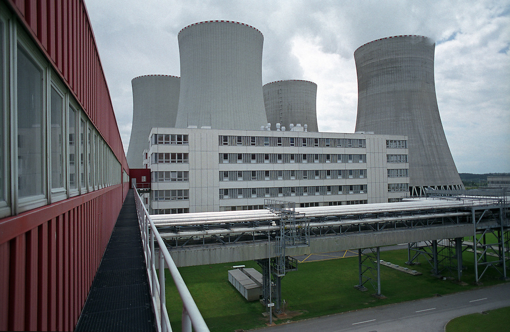 Temelin/Tschechische Republik, Tschechien, CZE, 25.06.2004: Die K&uuml;hlt&uuml;rme auf dem Gel&auml;nde des Atomkraftwerks Temelin. Das Kernkraftwerk steht 24 Km von der Stadt Ceske Budejovice entfernt.<br /> <br /> Temelin/Czech Republic, CZE, 25.06.2004: The cooling towers on the area of the Nuclear Power Sation Temelin. The Nuclear Power Plant Temelin is located approximately 24 km from the town of Ceske Budejovice.