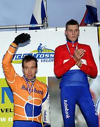 07-01-2007 WIELRENNEN: NK VELDRIJDEN MANNEN: WOERDEN<br /> Richard Groenendaal pakt de zilveren medaille op het NK<br /> ©2007-WWW.FOTOHOOGENDOORN.NL