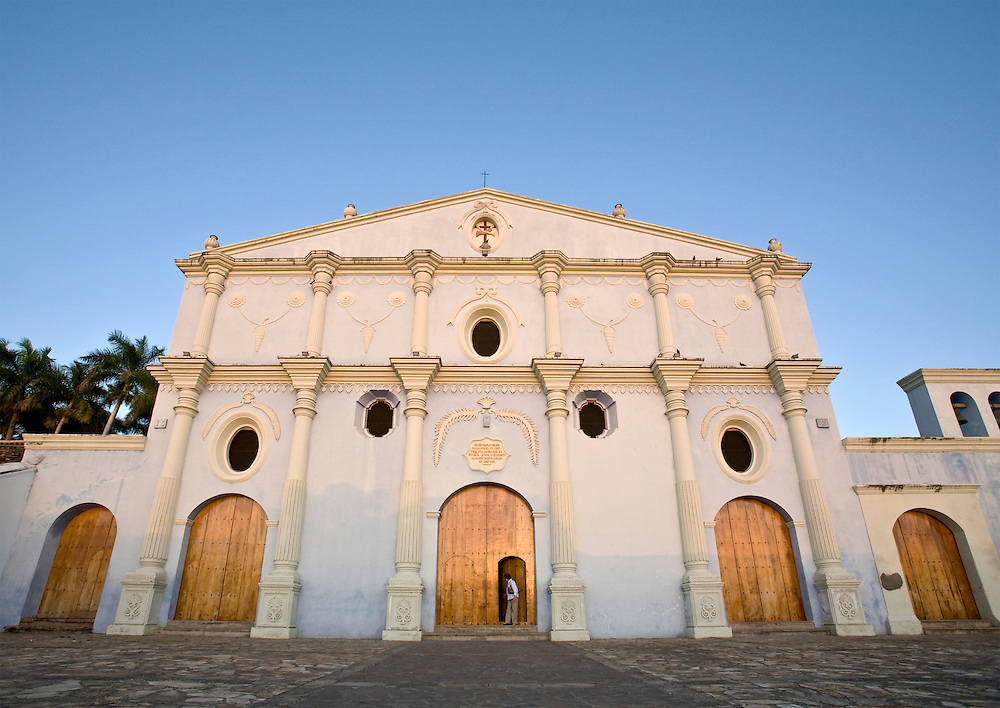 The front of the Convento y Museo. San Francisco. Grenada is located on the shores of Lake Nicaragua. It is a classic Spanish colonial city that is more than 350 years old and was once burned down by the North American filibuster William Walker.