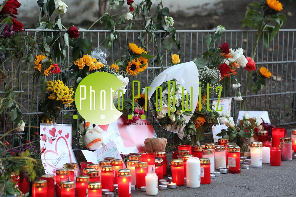 Mannheim. 10.10.13 Trauermarsch vom Ehrenhof an den Tatort in C8.<br /> &quot;Ihr gewaltsamer Tod macht uns fassungslos und betroffen&quot; - der Satz aus der Todesanzeige der Uni f&uuml;r ihre ermordete Gast-Studentin Gabriele Z. beschreibt die Gef&uuml;hle vieler Mannheimer. Da wird eine junge, engagierte Frau offenbar rein zuf&auml;llig Opfer eines bestialischen Sexualverbrechens - und vom T&auml;ter gibt es weiter keine hei&szlig;e Spur.<br /> Bild: Markus Pro&szlig;witz 10OCT13 /masterpress / images4.de