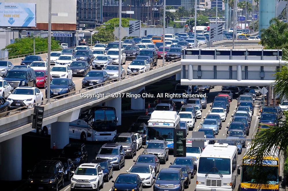 6月30日,在美国洛杉矶国际机场,机场交通拥堵。根据南加州汽车俱乐部(Automobile Club of Southern California) 发表最新报告,在这个独立日周末期期间,全加州游旅客人数将创纪录首次超过500万人次,其中南加洲地区的游客人数也将超过310万人次。新华社发 (赵汉荣摄)<br /> Traffic is congested at Los Angeles International Airport on Friday, June 30, 2017 in Los Angeles, the United States. Holiday travel will increase on this Independence Day weekend when, for the first time, the number of travelers from California will exceed 5 million while those just from the Southland jumps above 3.1 million, according to the Automobile Club of Southern California.. (Xinhua/Zhao Hanrong)(Photo by Ringo Chiu)<br /> <br /> Usage Notes: This content is intended for editorial use only. For other uses, additional clearances may be required.
