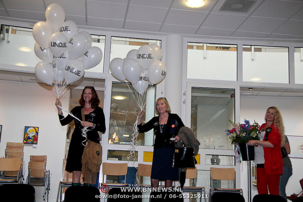 NLD/Huizen/20110429 - Lintjesregen 2011, Mireille Bekkoy en vriendin met ballonnnen