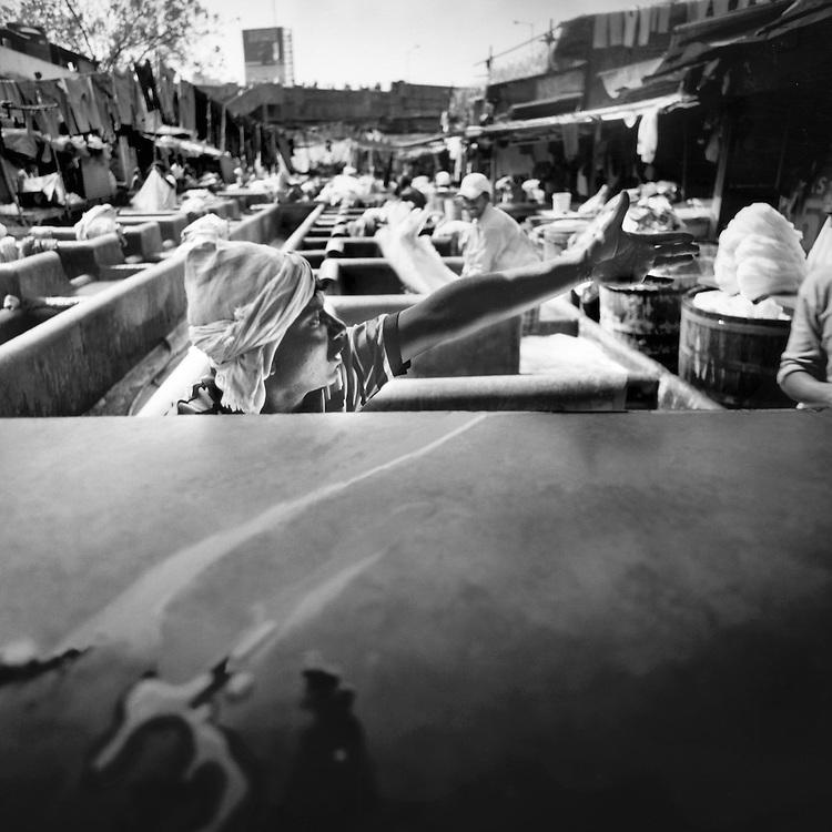 Un lavandaio dobhi e il tavolo dove si trovano spazzole per strofinare le lenzuola<br /> <br /> A washerman dhobi and the table where they are brushes to scrub the sheets