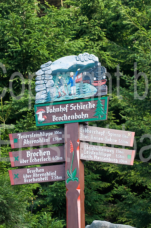 Wanderwegschild, geschnitzes Holzschild, Bahnhof Schierke, Harz, Sachsen-Anhalt, Deutschland | wooden sign, railway station Schierke, Harz, Saxony-Anhalt, Germany