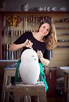 Den Haag, 20 april 2017 - Portret van Sharon Gesthuizen (SP) bij haar beeldhouwwerk.<br /> Foto: Phil Nijhuis